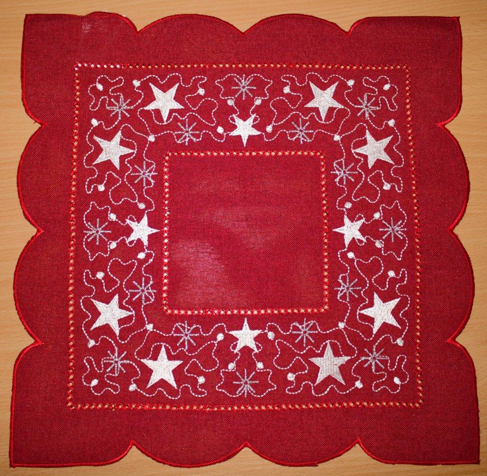 Vánoční ubrus vyšívaný - Hvězdičky červené 35cm